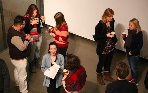 étudiants discutent du festival